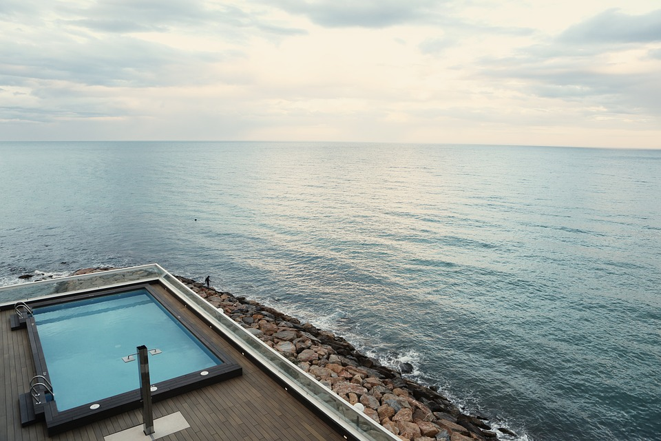 swimming-pool-406807_960_720